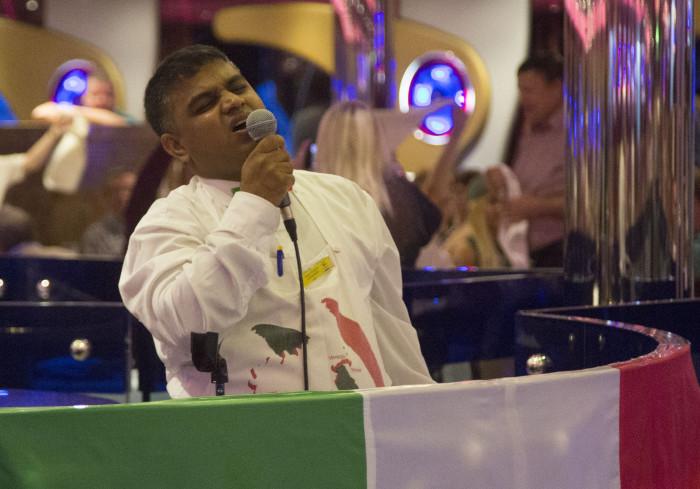 Tarjoilija lauloi